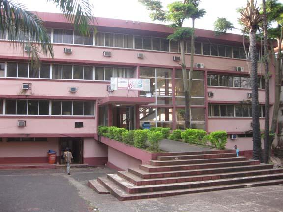 A pink building that houses Radiodiffusion Télévision Guinée