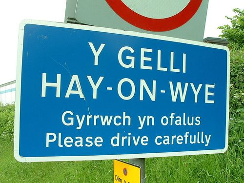 Road-sign in Welsh and English for the town of Hay-on-Wye