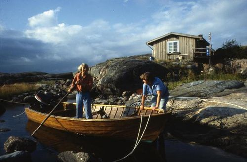 Photograph of Tove Jansson and Tuulikki Pietilä with a small boat on the island Klovharun