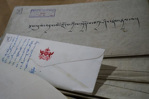 Handwriting in Tibetan with an envelop and a royal seal.