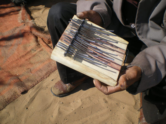 Dongo_lamellophone of Gashe Gishe (Photo by John Brearley)
