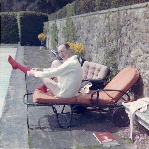 Michael Renshaw, by the pool al Leeds Castle