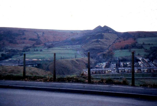 Aberfan_and_old_coal_tips_-_geograph.org.uk_-_673825