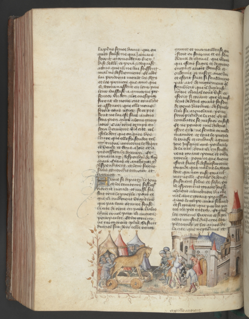 A page from a 15th-century manuscript of the Histoire universelle, showing an illustration of Trojan Horse discovered in the abandoned Greek camp.