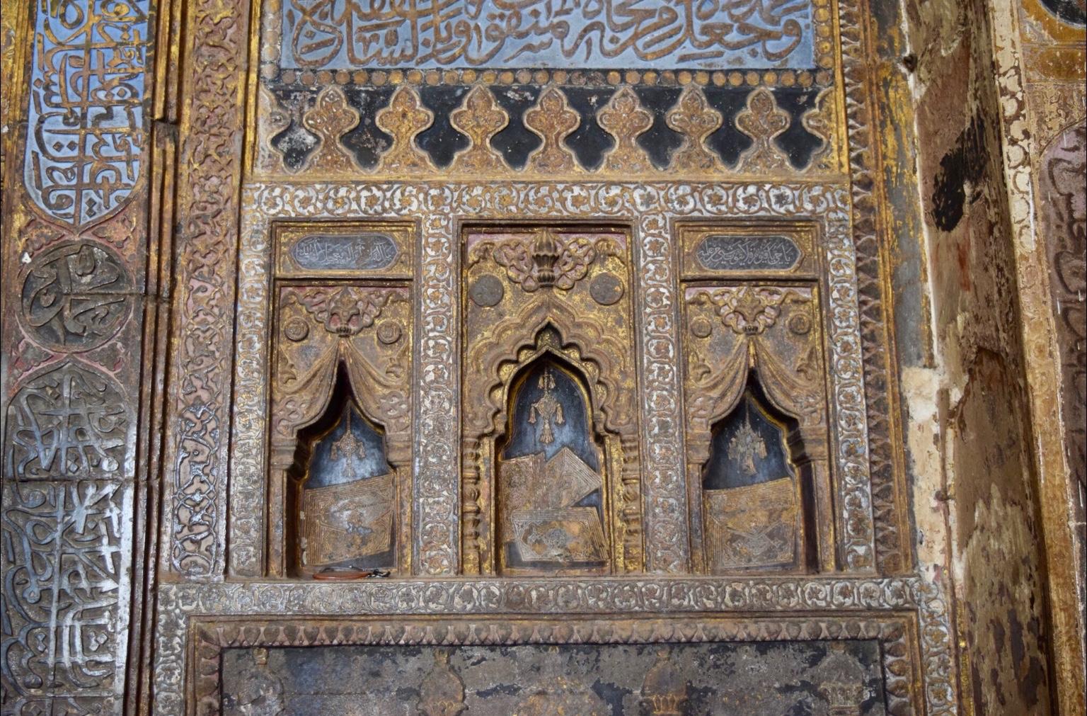 تفاصيل محراب الجامع الكبير في بيجابور مثال على إضاءة المخطوطات