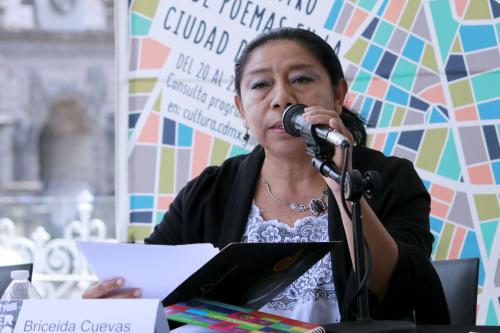 Image of the poet Briceida Cuevas Cob speaking at a book event in 2018