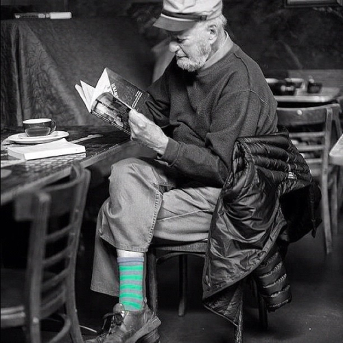 Black and white photo of Lawrence Ferlinghetti reading