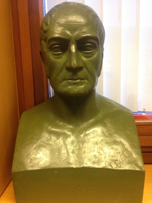Image of the bust of Andrés Bello photographed at the window of a conference room in the British Library