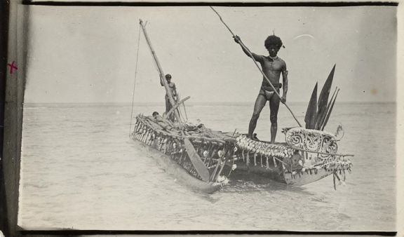 Nigadabuwa canoe with Namwanaguyau doing a slow punt along the shores of Khaulukuba beach. Image courtesy of LSE Library: MALINOWSKI/3/4/8
