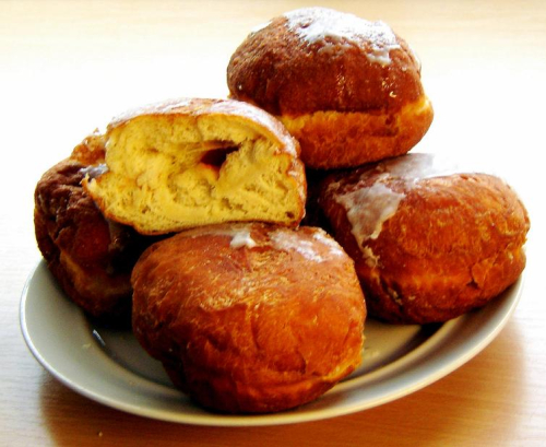 A plate of Polish pączki