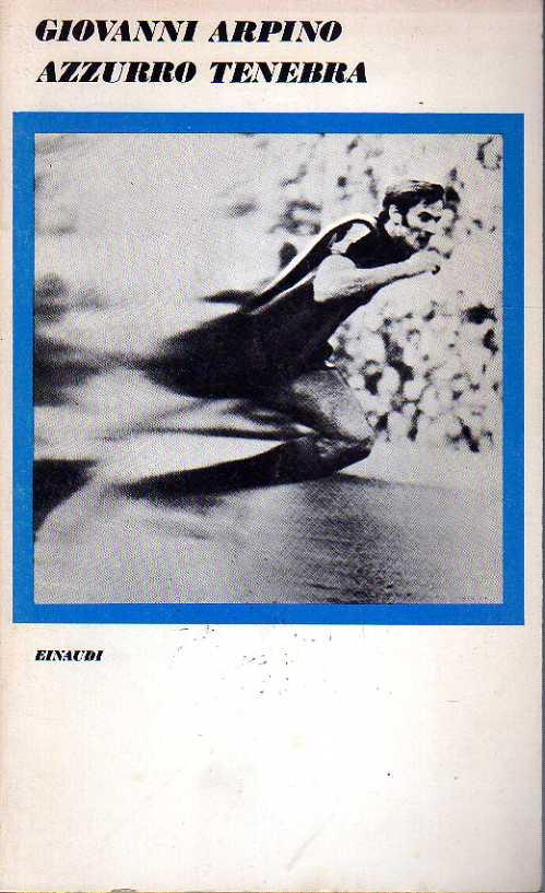 Cover of the 1977 edition of Azzurro tenebra with a photo of a footballer running