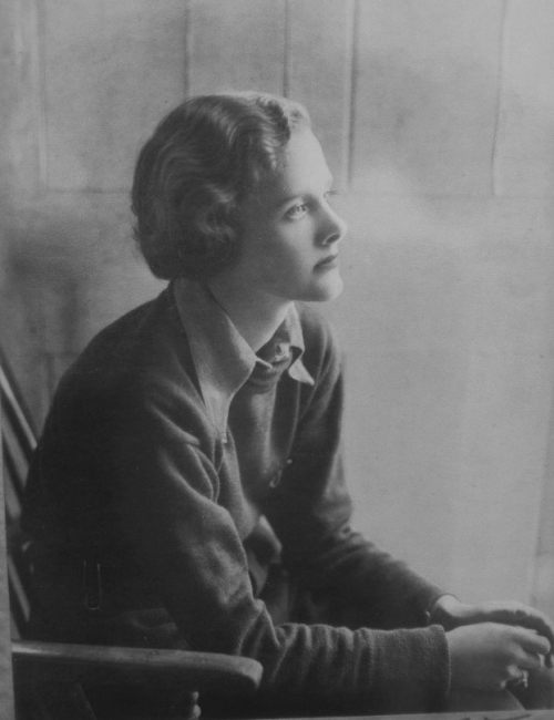 Black and white profile photograph of Daphne du Maurier